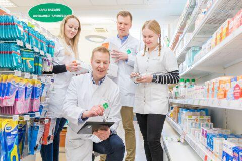 Henkilöt vasemmalta: opiskelija Taika-Pilvi Suviranta, proviisori Timo Hänninen, proviisori Vesa Karttunen, opiskelija Jasmin Vartiainen.